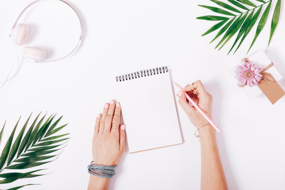 文字を書いている女性