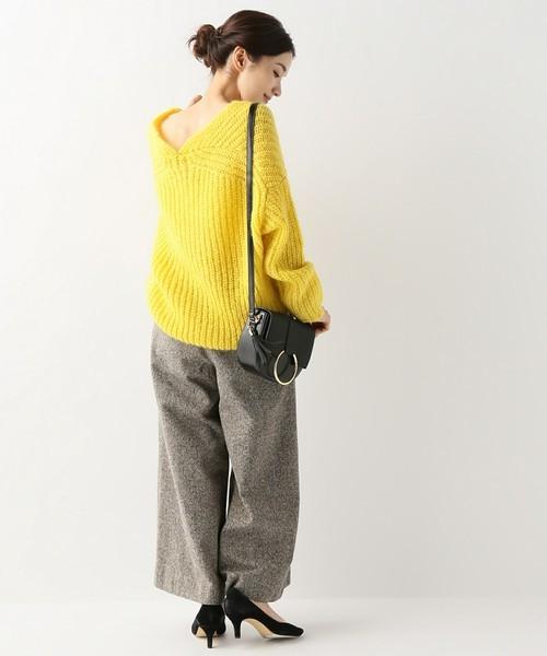 黄色ニット×ワイドパンツのルーズな着こなし方