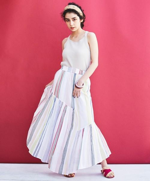 マキシ丈のフレアスカート×差し色サンダルのおしゃれコーデ