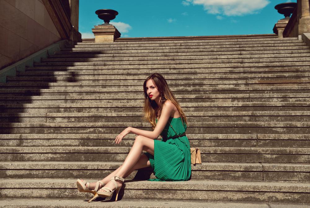 グリーンのワンピースを着た女性