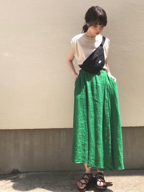 緑のスカートのコーデ