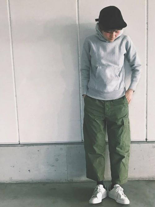 緑に合う色グレーのコーデ