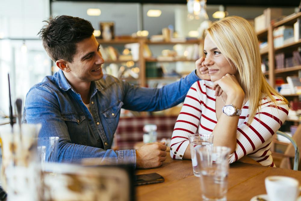 デートで会話をしているカップル