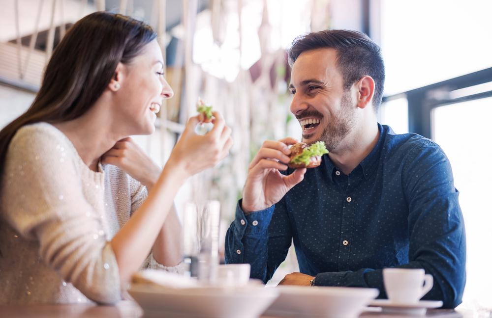 食事デートで会話しているカップル