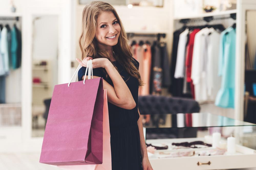 ショッピングをしている女性
