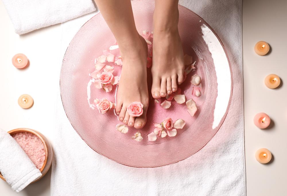 足湯をする女性