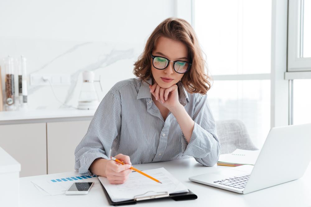 シャツを着て仕事をする女性
