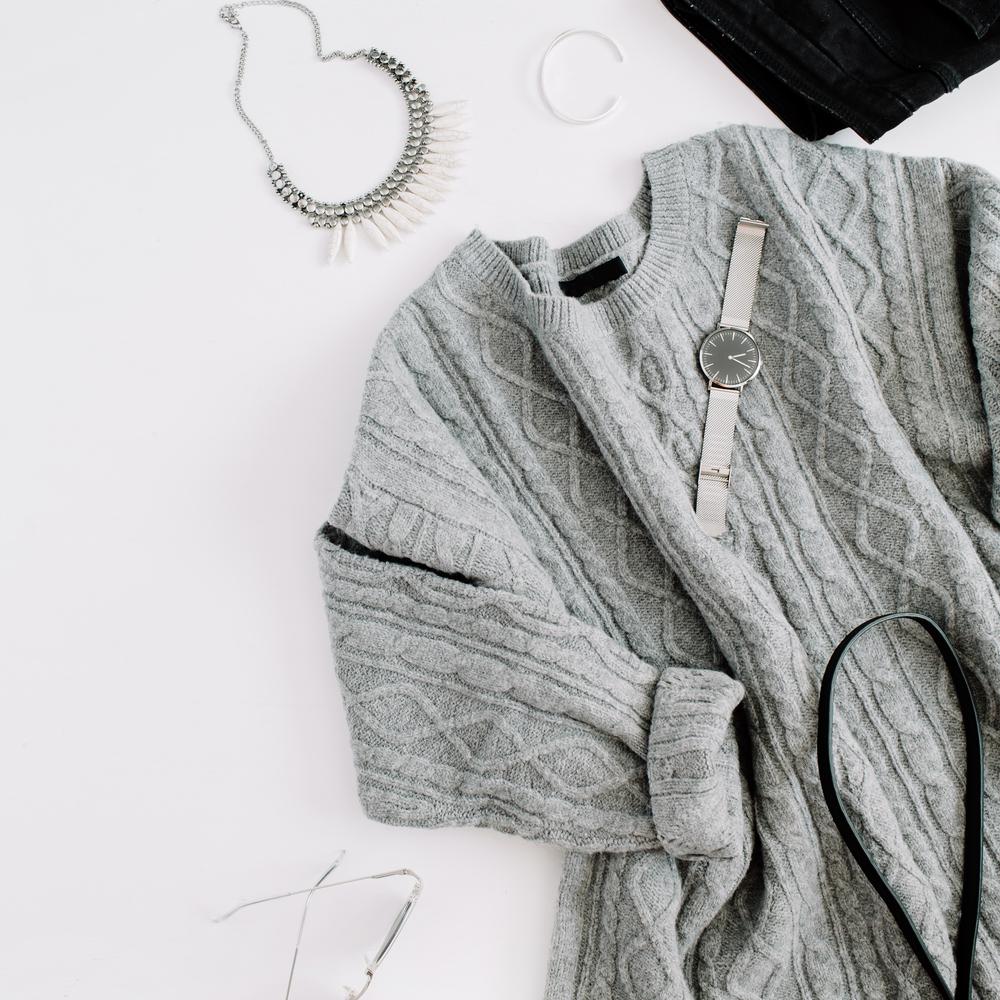 セーターとファッション小物