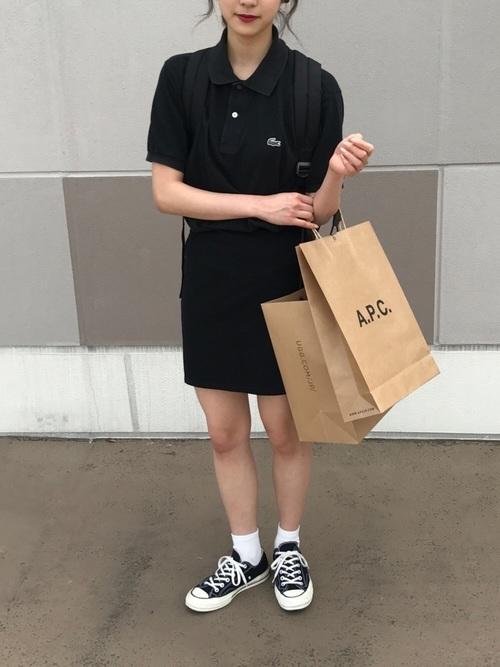 黒のポロシャツとミニスカートのコーデ