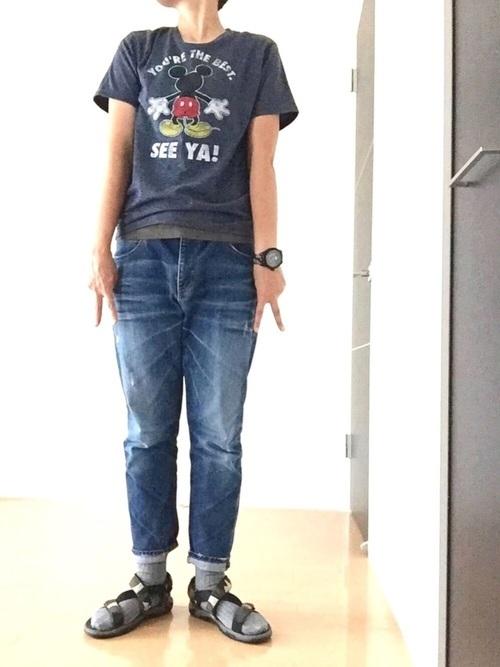 デニムとTシャツのコーデ