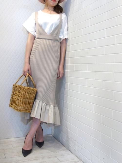裾にラッフルがあしらわれたニットスカート