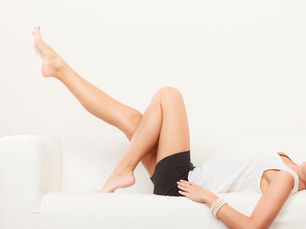 脚をあげる女性