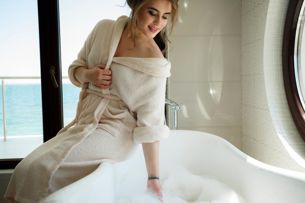 湯船に手を入れる女性