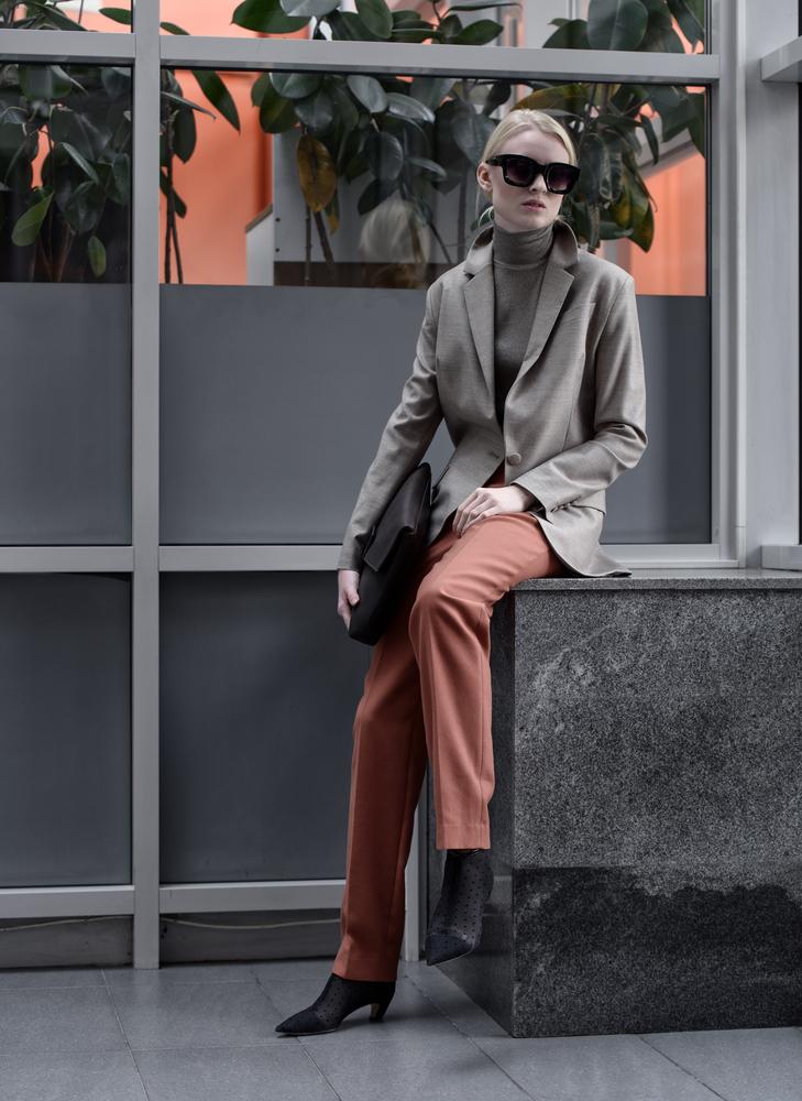 モード系ファッションの女性