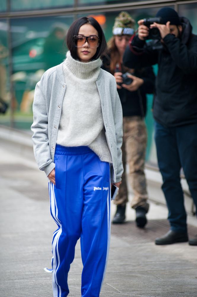 ストリート系ファッションの女性