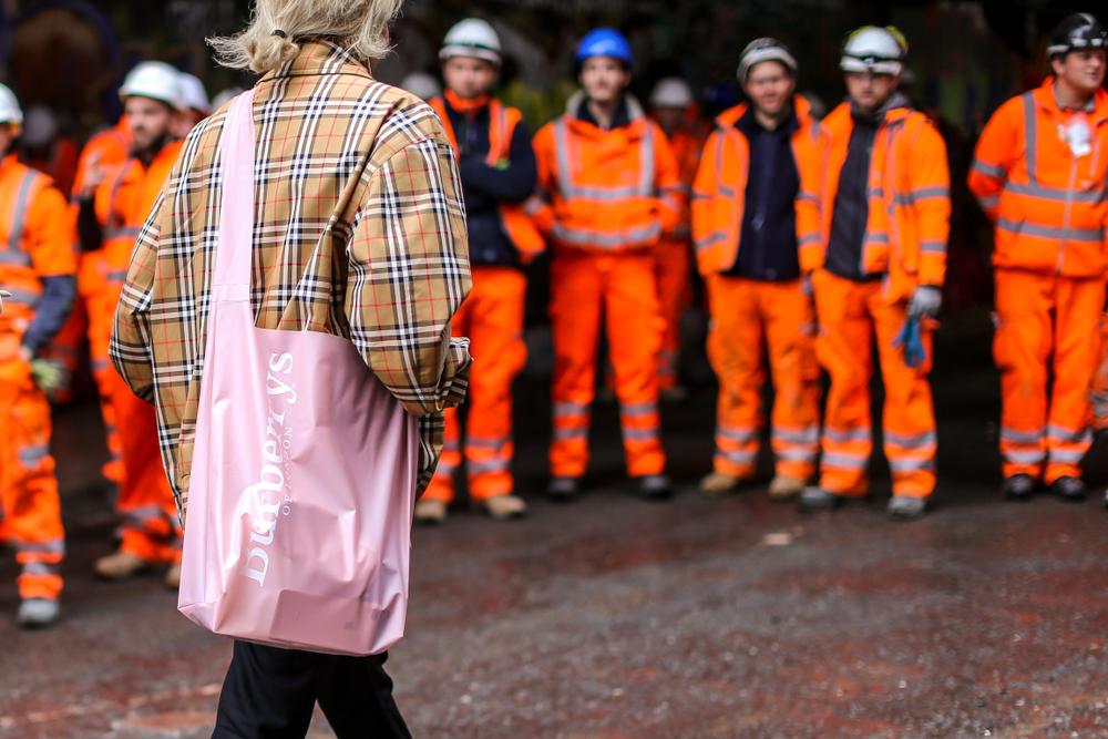 タータンチェックのアウターを着ている女性