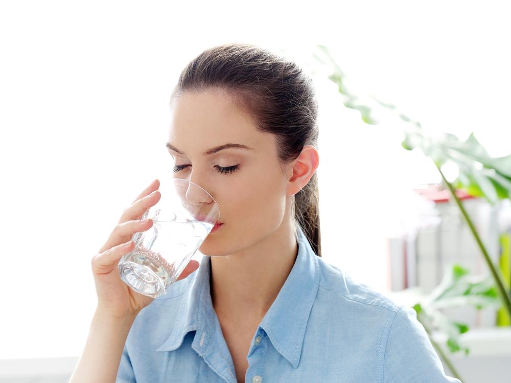 水分補給をして平常心を保っている女性