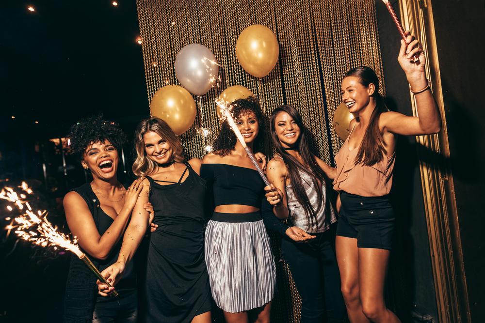 海外のクラブで踊る女性達