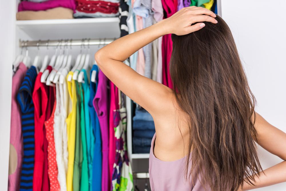 服に迷う女性