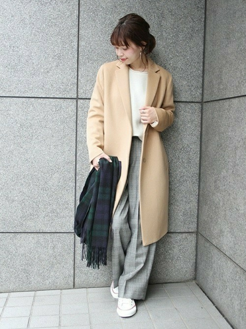 ゆったりコートとスニーカーのキレカジスタイル